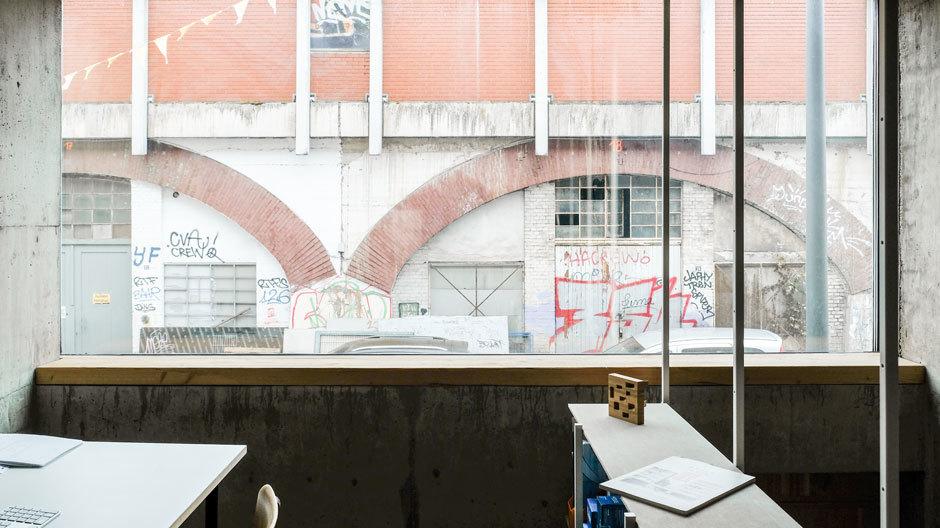 In Köln hat der Architekt Wolfgang Zeh eine 3,5 Meter schmale Baulücke in ein sechsstöckiges, lichtdurchflutetes Familiendomizil mit Dachterrasse verwandelt.