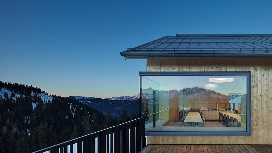 Große Panoramafenster bieten einen spektakulären Ausblick.