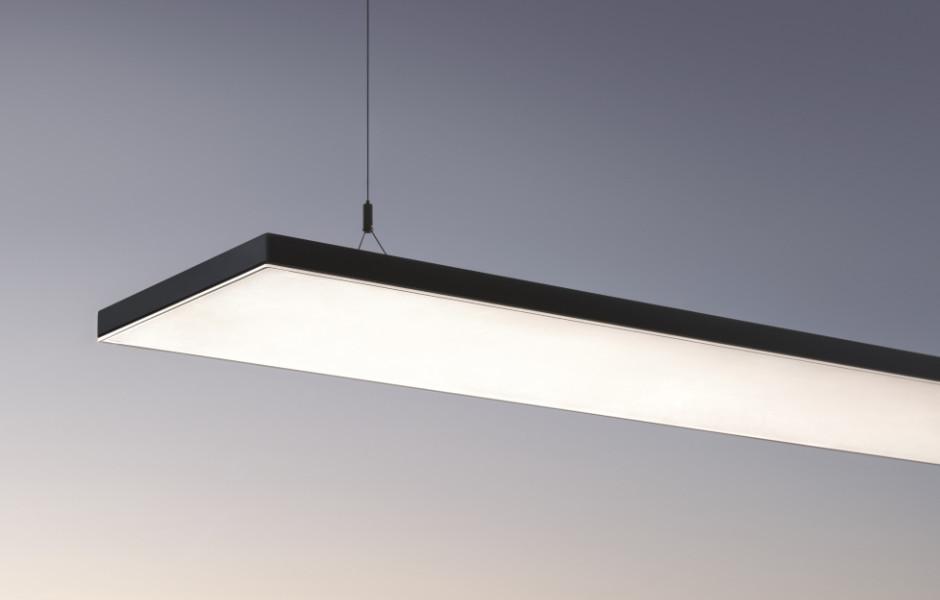 Zumtobel balanciert mit der neuen Büroleuchte Light Fields III diffuses und gerichtetes Licht sorgfältig aus. Als Pendelleuchte ermöglicht der anpassbare direkte und indirekte Lichtanteil eine freie Positionierung im Raum und sorgt für optimale Arbeitsplatzbeleuchtung ohne Blendung und Schatten.