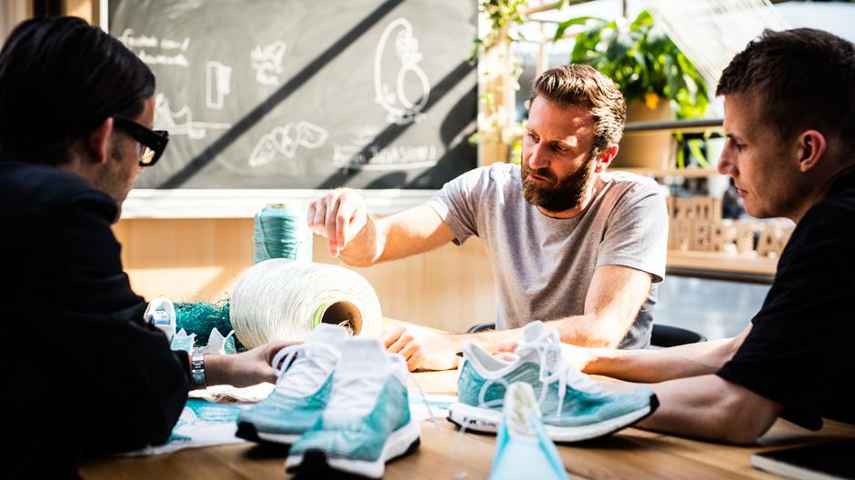 Alexander Taylor zusammen mit dem Adidas Designteam.