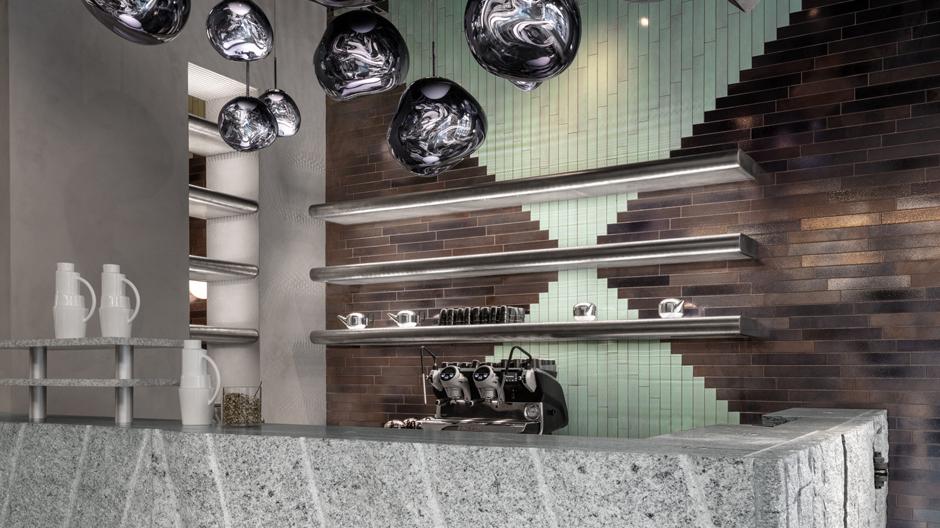 Eingroßer Granitblock dient im Eingangsbereich als Bar.