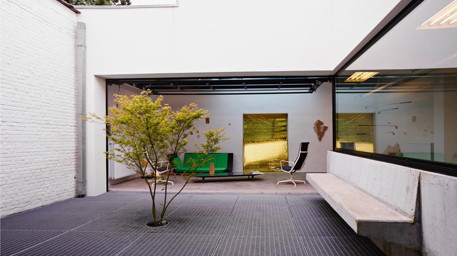 Patio mit Betonbank: Außen- und Innenraum fließen ungehindert ineinander. Foto: David Marlé