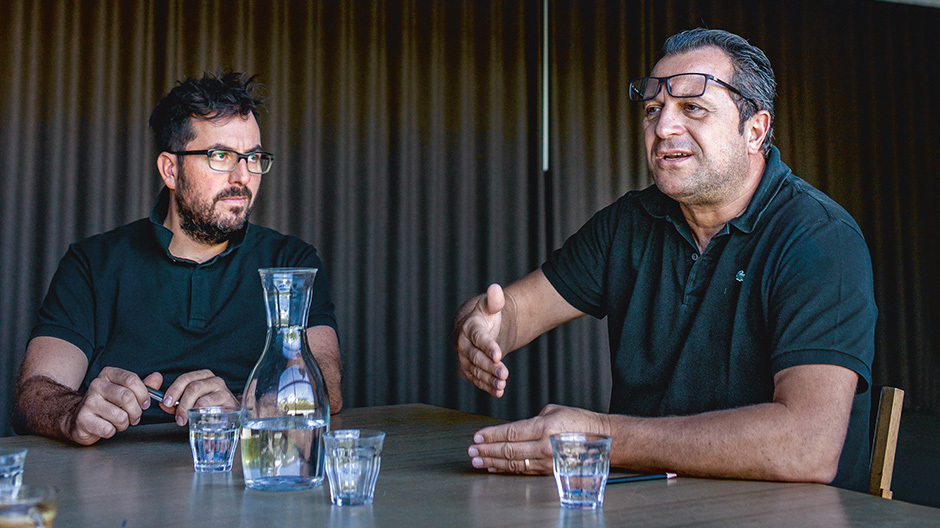 Aurel Aebi (rechts) und Reto Ulrich im Gespräch mit Dorothea Scheidl-Nennemann. Foto André Bolliger