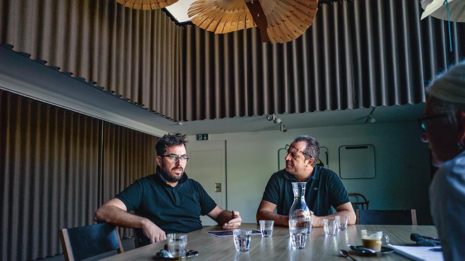 Modell für eine neue Bürostruktur: DerRaum, in dem das Interview stattfand, dient bei Atelier Oï als Präsentationsraum, Fotostudio, für Versammlungen und Arbeitsbesprechungen. Foto: André Bolliger