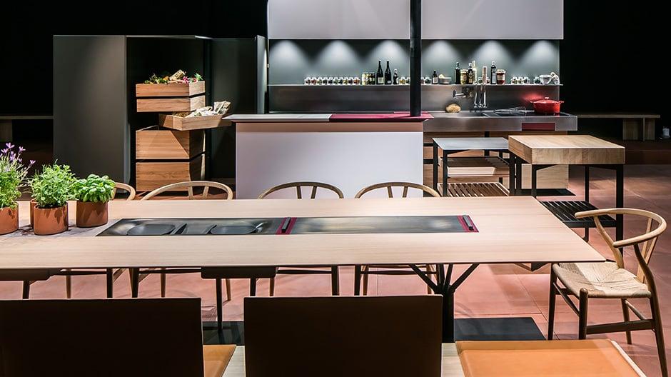 Das Gesamtraumkonzept b.architecture von bulthaup: Besonders innovativ ist der Tisch, auf dem man Speisen kühlen oder wärmen kann und in den Kräutertöpfe integriert sind.
