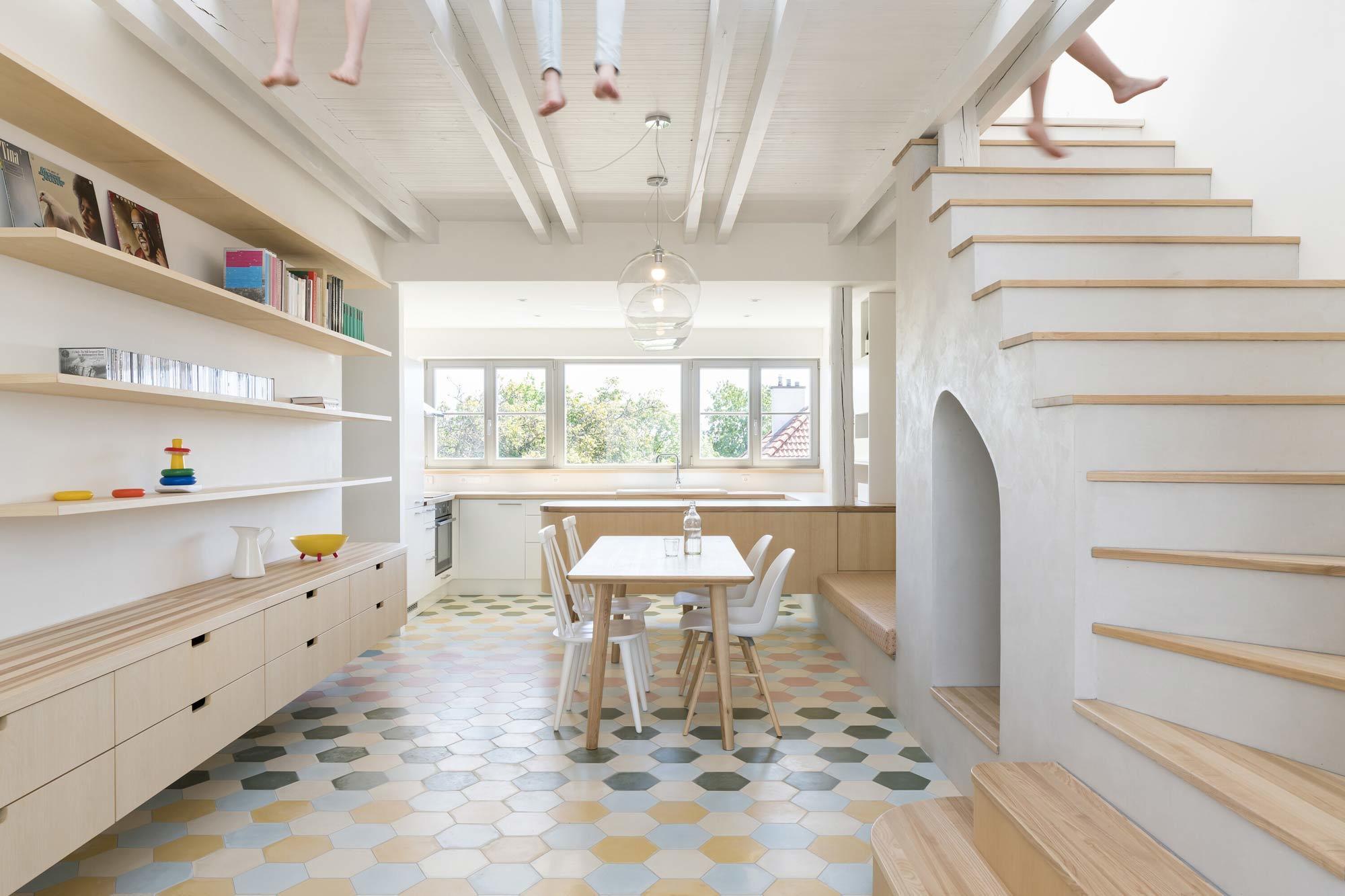 Familienheim hoch drei: In Prag gestalteten No Architects ein historisches Haus für drei Familien um. Jede Etage ist eine separate, individuell geplante Wohnung.