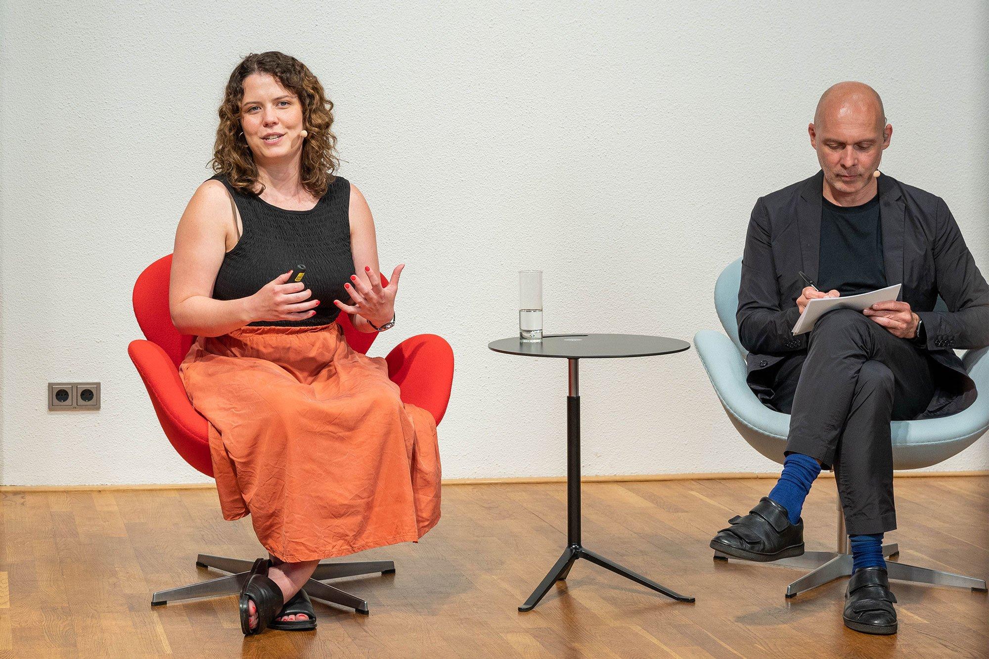 Lauren Touhey-Otto, Partnerin beim Berliner Büro Kinzo, hält ihren Vortrag im Studio. Foto: Christian Stallknecht