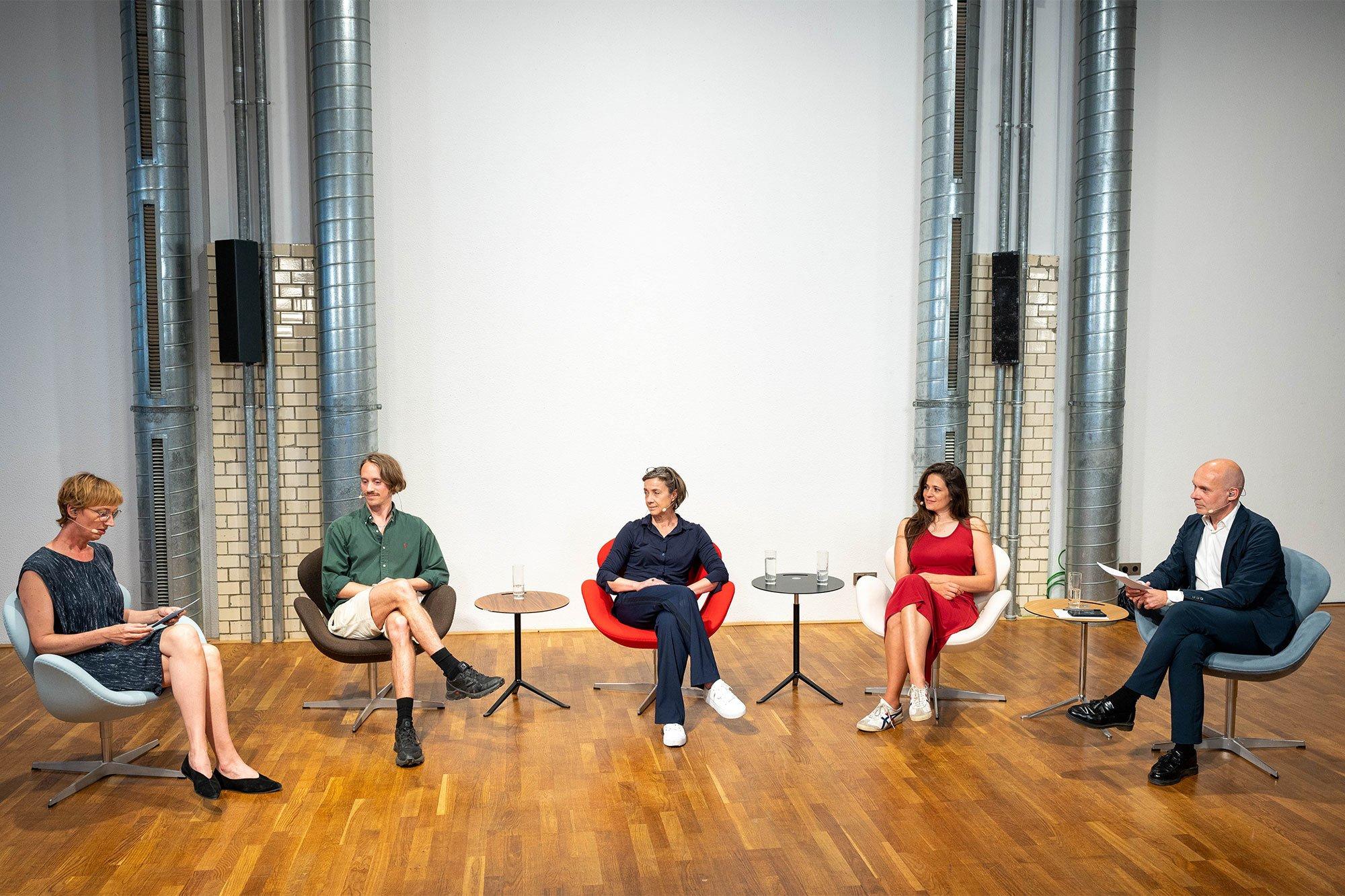 Die Talkrunde des zweiten Veranstaltungstags trug den Titel Hybride Räume: Perspektiven für eine nachhaltige (Innen-) Architektur. Foto: Christian Stallknecht