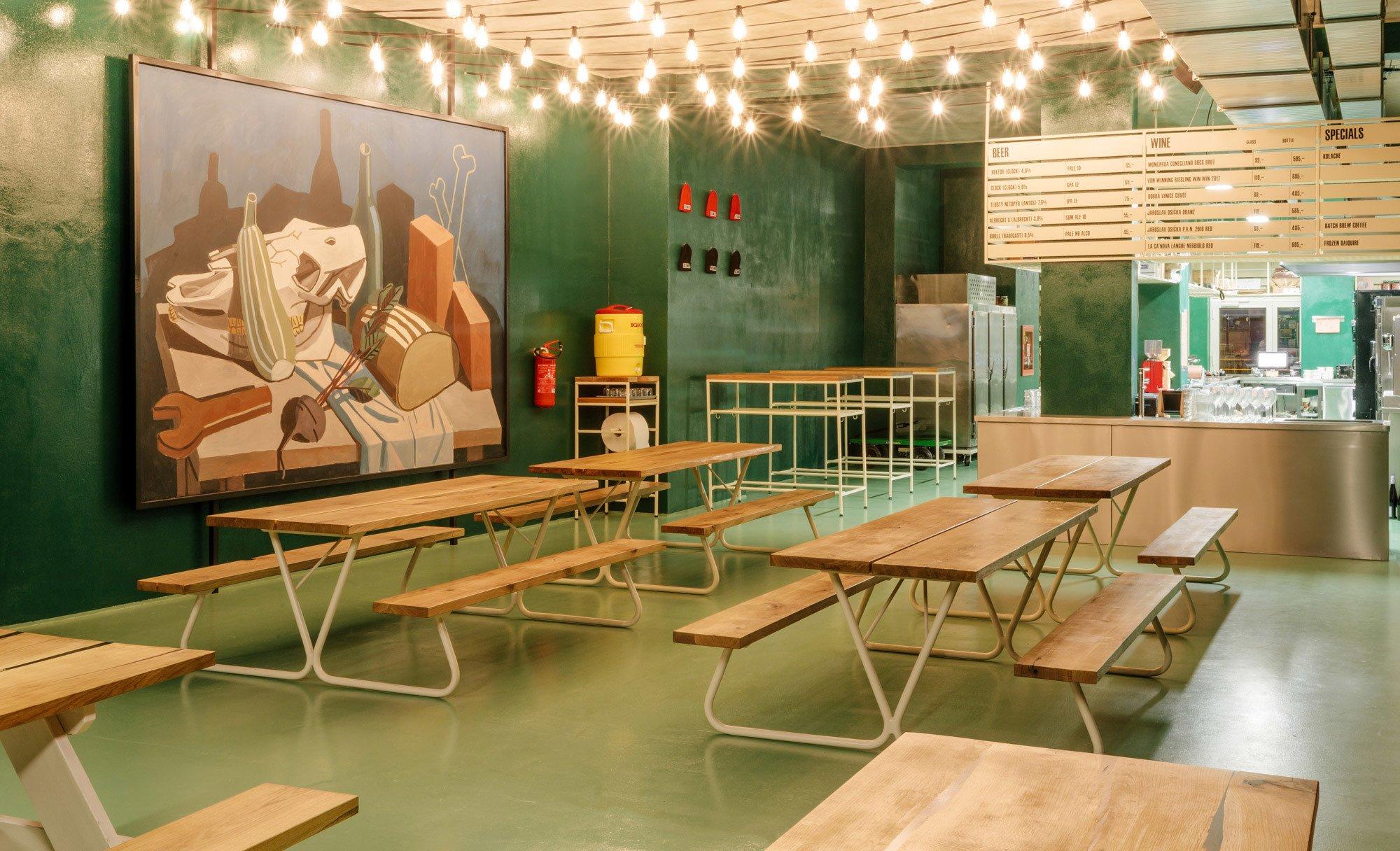 Das Big Smokers von 0.5 Studio wirkt wie eine Art amerikanisches Ufo, das das Prager Hipster-Viertel Holešovice mit seiner industriellen Vergangenheit versöhnt.