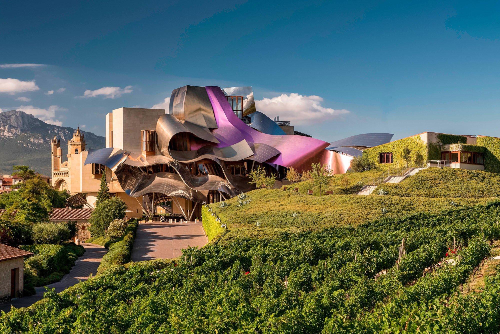 HOTEL MARQUÈS DE RISCAL: Der Gehry-Bau schmiegt sich in die Weinberge von Marqués de Riscal in der Rioja-Region.Foto:Marqués de Riscal
