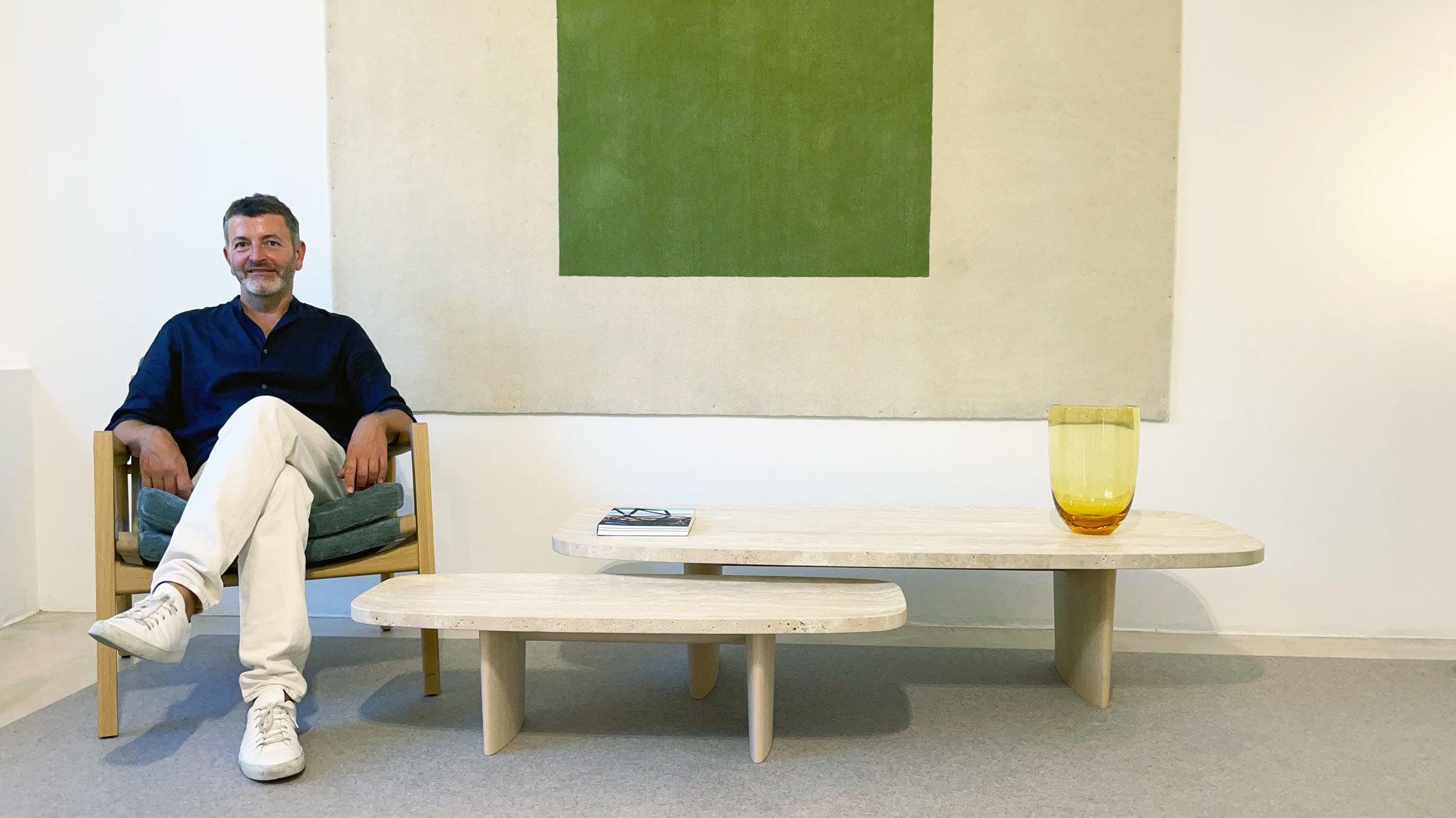 Christian Haas mit seinen Tischen Matéria Series für Classicon