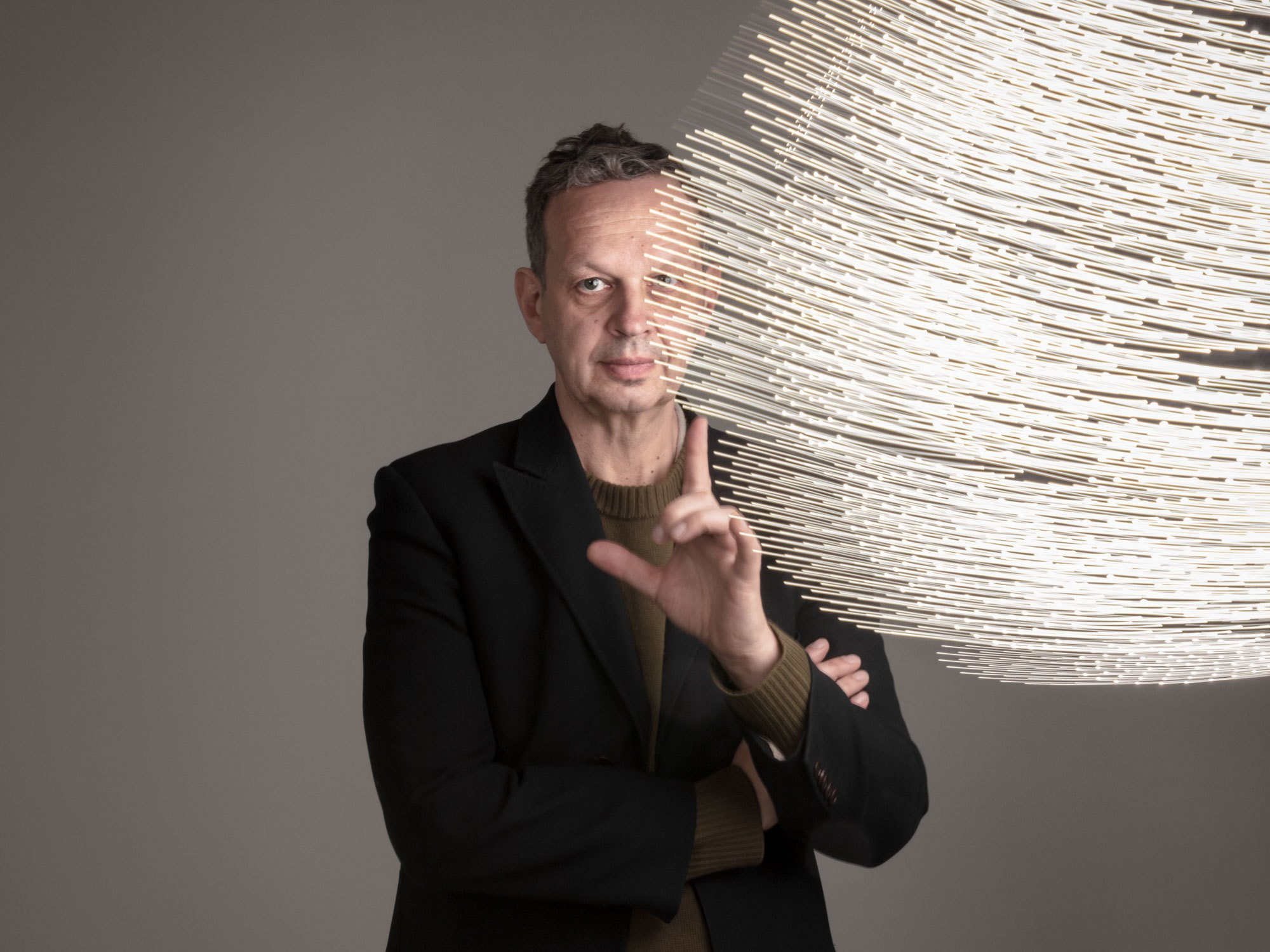 """""""Ich habe eine ganz klare Vorliebe für rohe, monolithische Materialien – ebenso für außen ablesbare Herstellungstechniken. Darin liegt ein roter Faden, der sich durch alle Projekte zieht, selbst wenn sich deren Ästhetik verändert hat"""",definiert Tom Dixon seine ästhetischen Präferenzen. Foto: Studio Tom Dixon"""