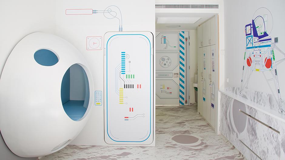 Kleine Raumstationen hat das Studio PlayOffice für krebskranke Kinder in einer Klinik in Madrid entworfen.