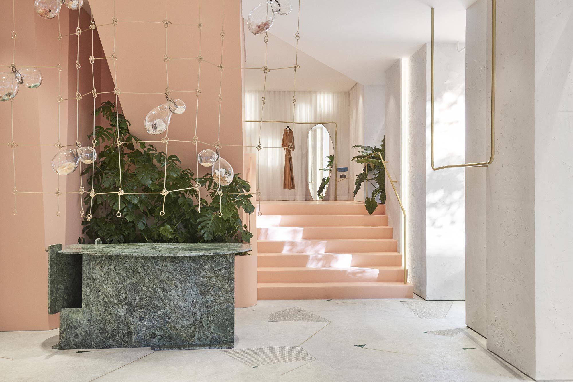 In der Boutique Forte Forte in Madrid bilden geometrisch geformte Säulen und Wände sowie Oberflächen aus verschiedenfarbigem Naturstein die Kulisse für die Kollektionen des italienischen Modelabels.