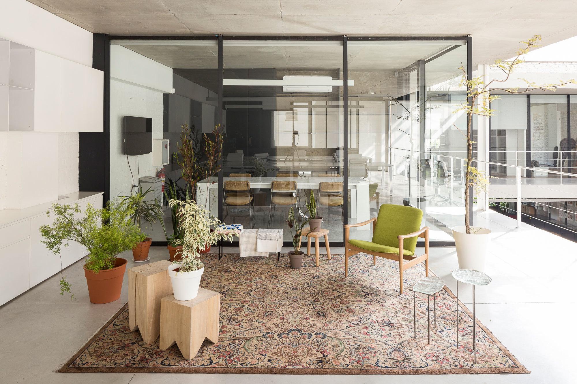 Transparente Wände trennen Besprechungsräume und Büros.