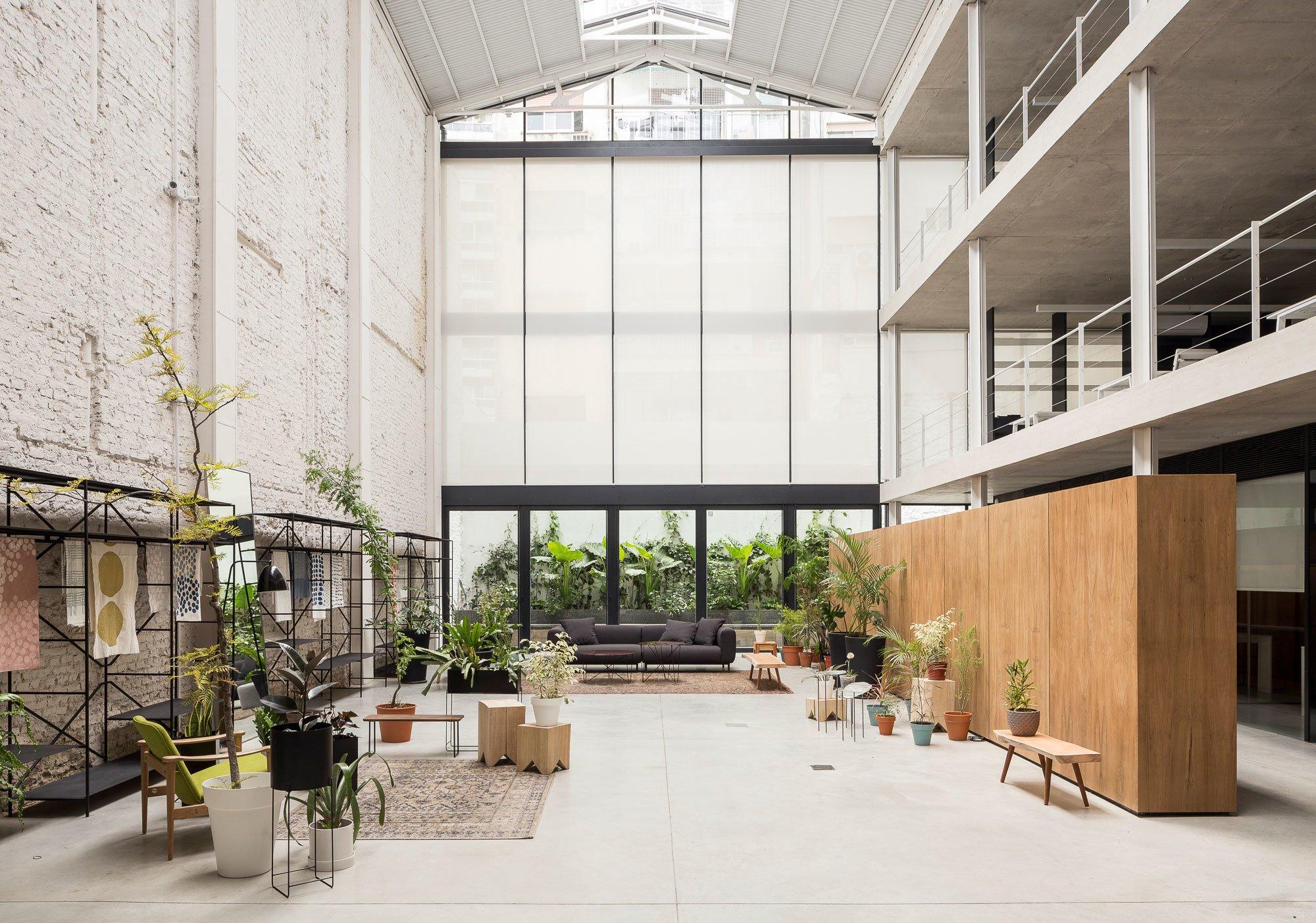 Die Architektin Ana Sol Smud ließ sich von den Dimensionen einer Lagerhalle in Buenos Aires nicht einschüchtern und baute sie zum Büro eines Textilunternehmens um.
