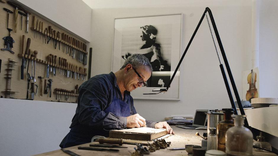 Der Geigenbauer Michael Rhonheimer in seinem Atelier im schweizerischen Baden.
