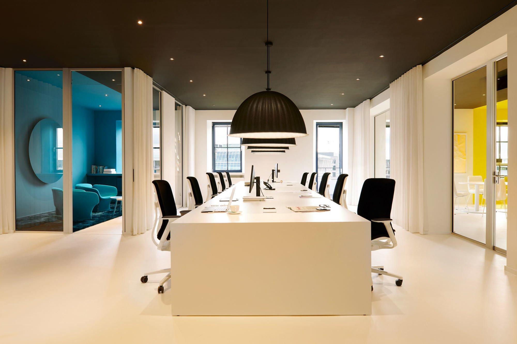 Eine Düsseldorfer Agentur hilft Firmen bei der Sinnfindung. Damit auch ihre Mitarbeiter auf klare Gedanken kommen, folgt das Interior einer monochromen Farbgestaltung.