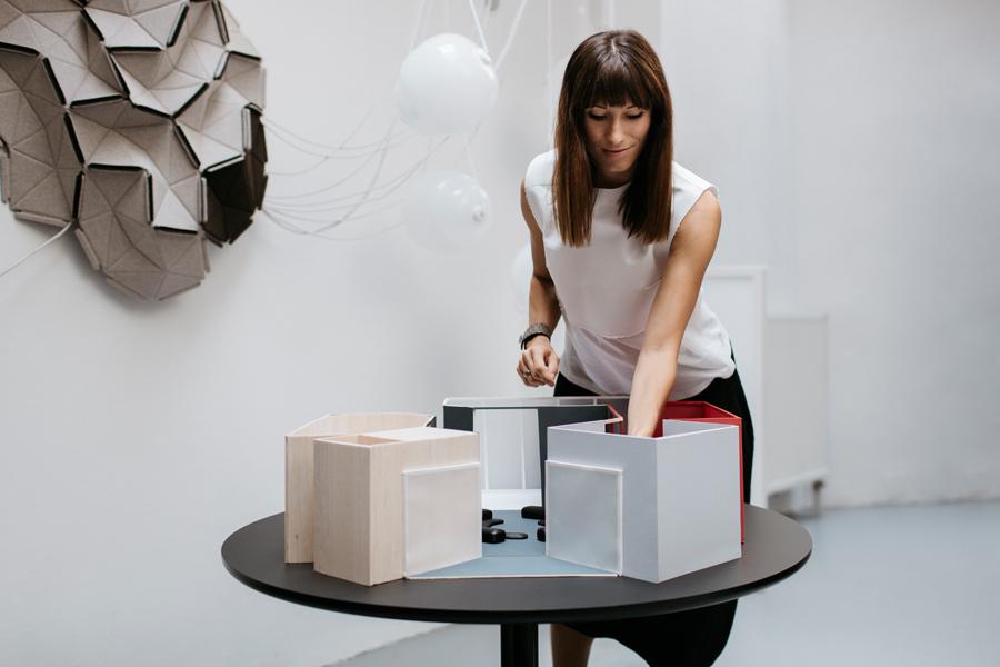 Lucie Koldova mit einem Modell ihrer Installation für die immcologne.