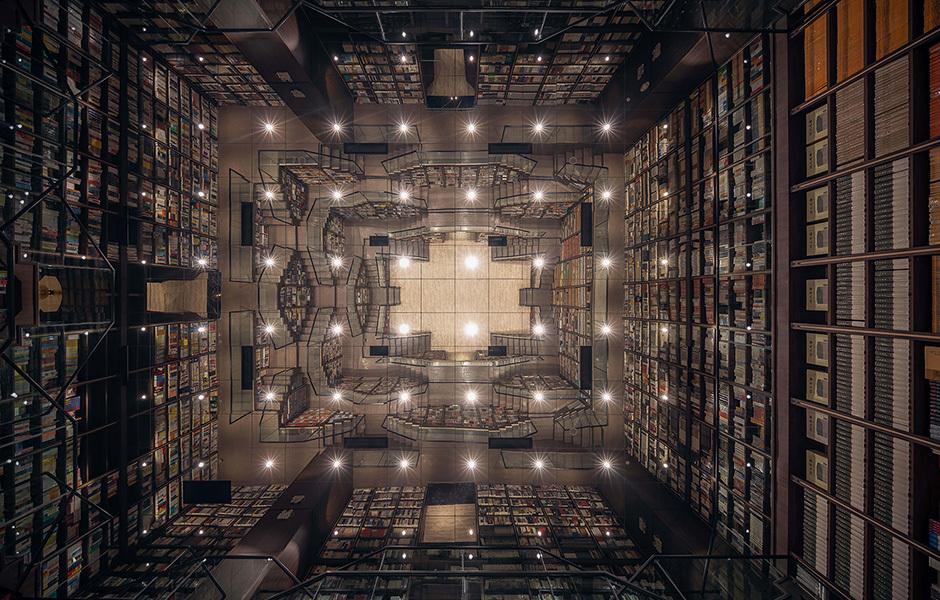 Der Blick zur Decke lässt das Universum noch wachsen. Der Spiegel dupliziert den ohnehin großen Raum und zeigt eine faszinierende Geometrie.