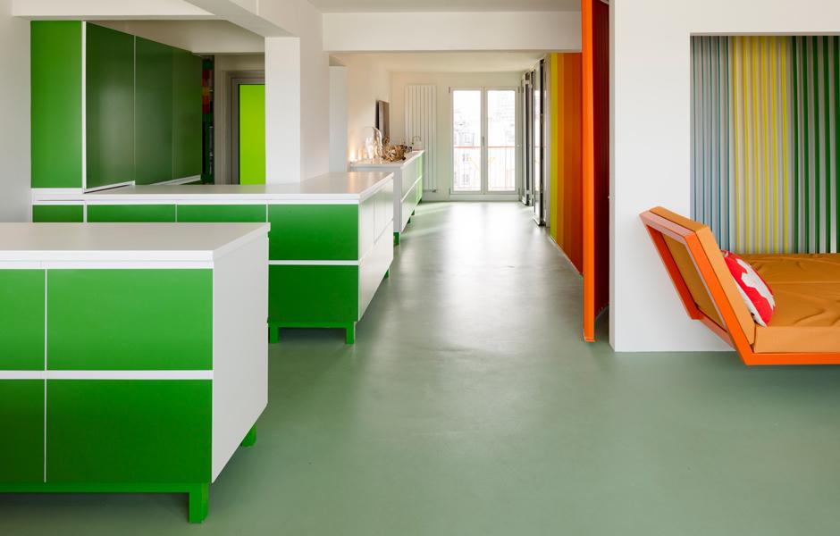 Der Boden und die Möblierung sind in Grüntönen gehalten.