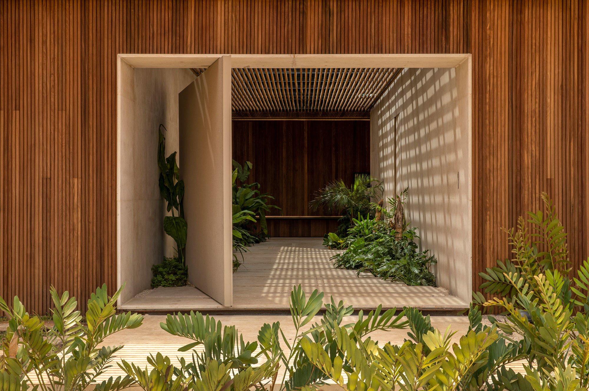 Im brasilianischen Rifaina, am Ufer des Rio Grande, bauten mf+arquitetos ein luxuriöses Ferienhaus mit fließenden Übergängen zwischen Architektur und Natur.