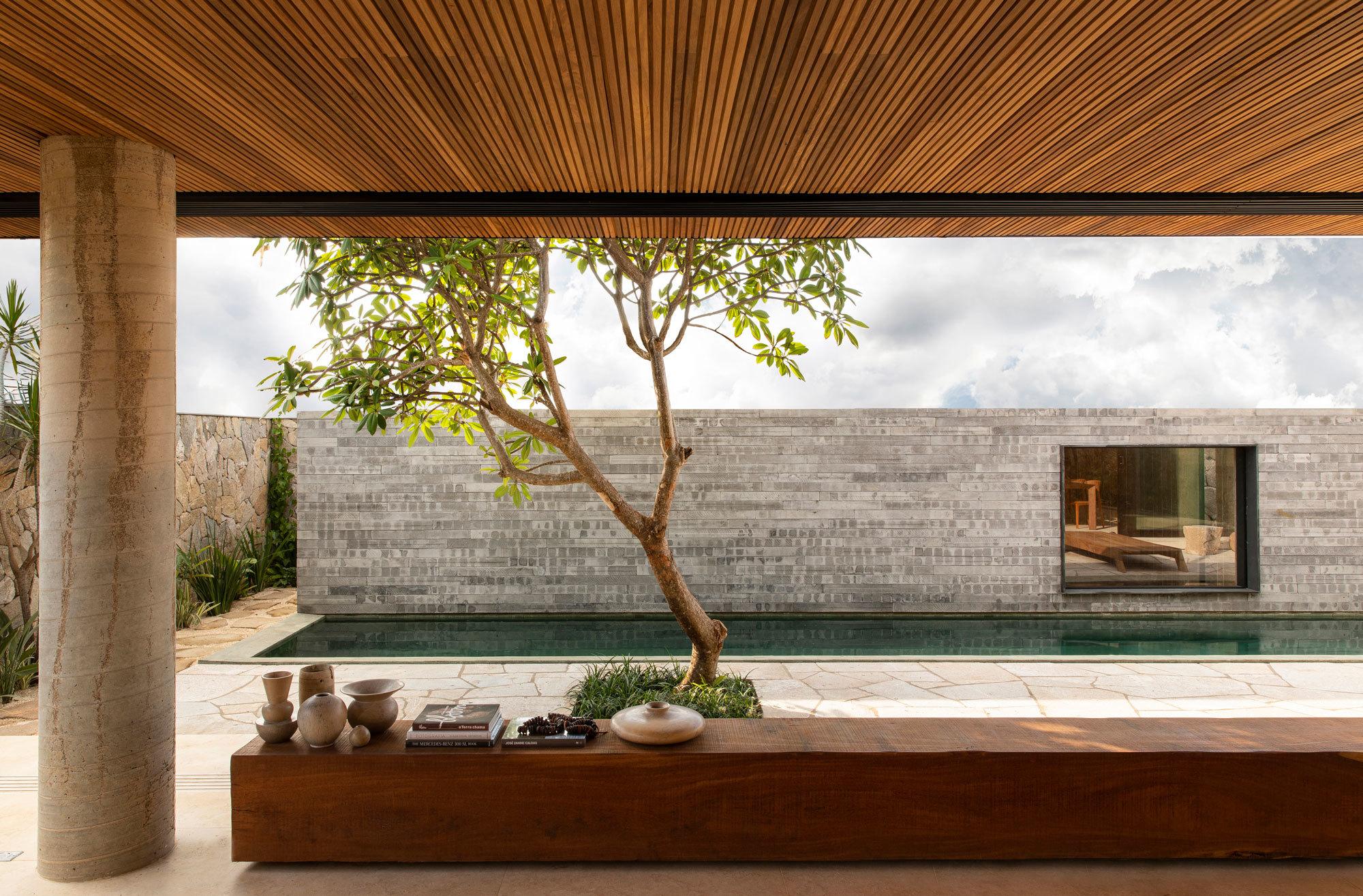 Der Pool wird von einem Gartenhaus aus Granitstein flankiert. Darin befindet sich die Sauna.