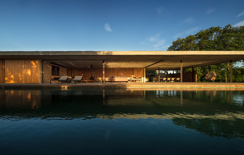 Bei geöffneter Glasfassade verwandelt sich der Wohnbereich in eine Terrasse.