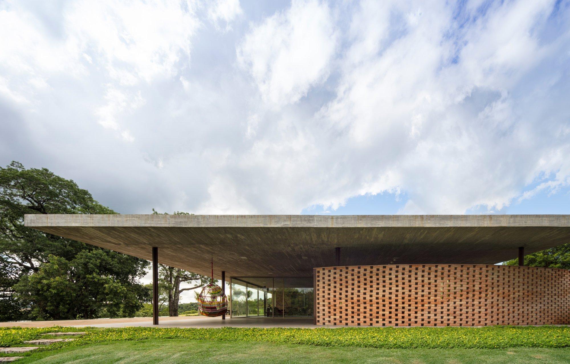 Die geschwungene Backsteinmauer dient als Kontrast zum strengen orthogonalen Entwurf.