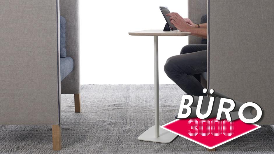 Dieser Artikel wurde mit dem Notebook auf dem Schoß auf dem Sofa geschrieben. Das Mobiltelefon lag auf dem Polster daneben. Und solch eine mobile Art zu arbeiten, wird zurzeit von allen wichtigen Ausstellern der Büromöbelmesse als Leitbild propagiert. Das alte Leitmöbel der Branche, der Büro-Arbeitsstuhl, hat sichtlich an Bedeutung verloren. Foto: Arco