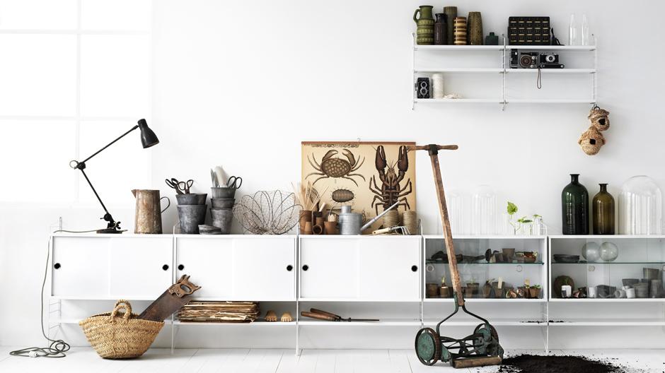 MIX & MATCHBeim Hygge-Style wird gern gemischt: Materialien wie Holz, Keramik, Schaffelle, Gusseisen, Leinen, Weiß-, Grau- und Pastelltöne, Vintage-Stücke. Auf dem Foto: Nisse Strinning, String-Regal, String, Entwurf aus den Vierzigerjahren