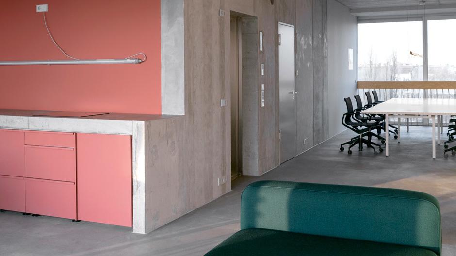 Blick in den offenen Wohn- und Arbeitsraum. Foto: Stefan Hoederath (hoederath.com)