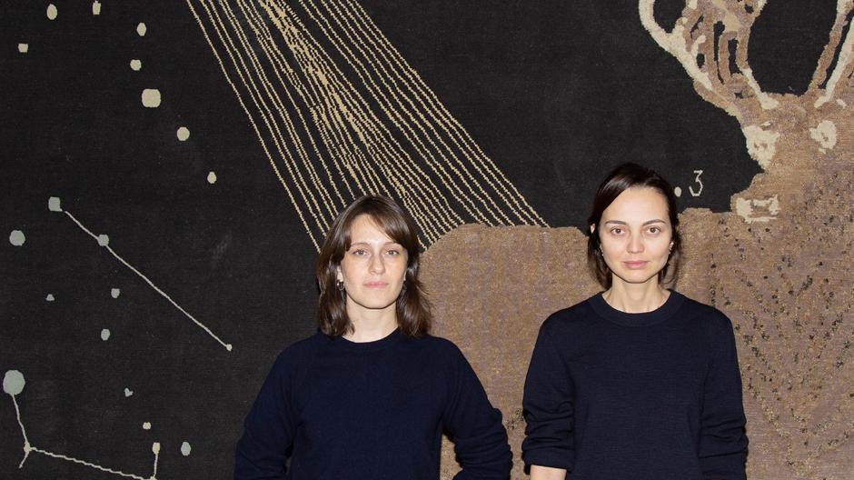 Nata Janberidze (li.) und Keti Toloraia (re.) haben Rooms 2007 in Tiflis gegründet. Hier stehen sie vor einem Teppich, den sie als limitierte Edition für das italienische Label cc-tapis entworfen haben. Foto: Levan Maisuradze