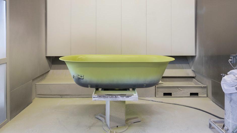 Emaillierungsprozess bei Bette. Im Bild: das Badewannenmodell BetteLux Oval Couture. Das Familienunternehmen wurde 1952 im westfälischen Delbrück gegründet und hat sich auf die Prozesse Stahlumformung und Emaillierung spezialisiert. Foto: Daniel Sumesgutner