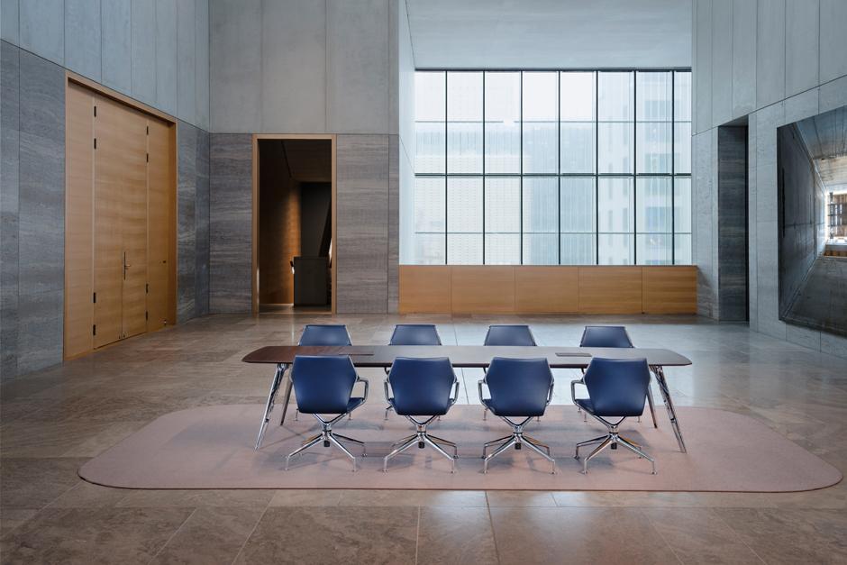 Ray table in Kombination mit dem ergnonomischen Konferenzsessel Ray