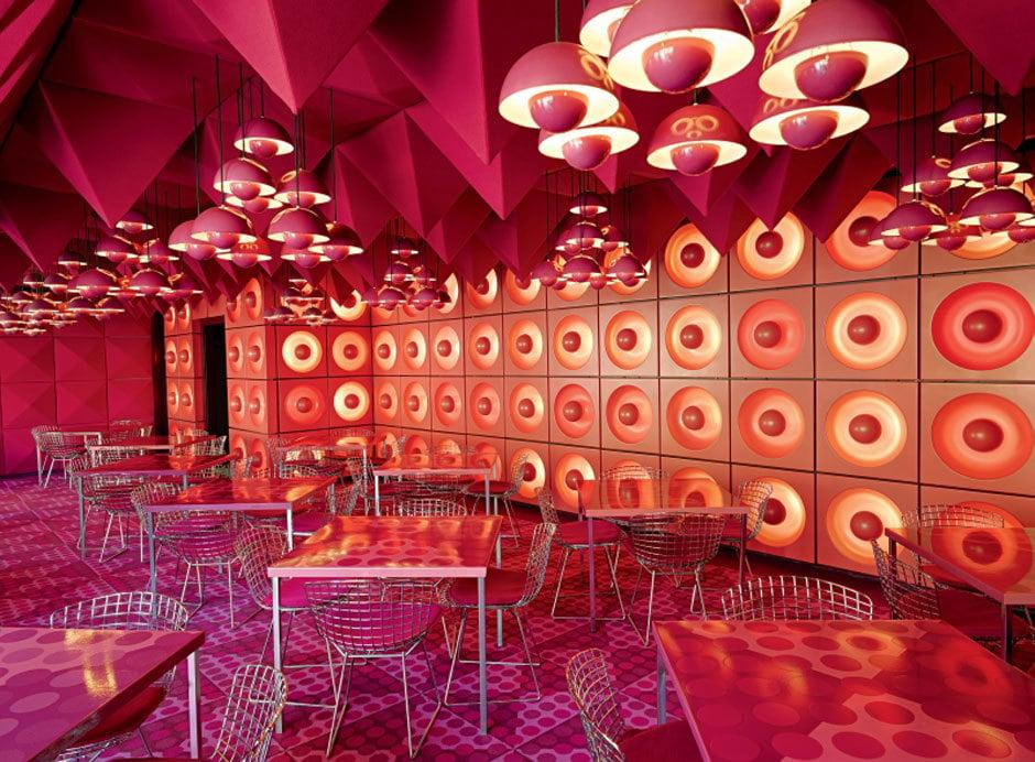1969 gestaltete Verner Panton verschiedene Interiors für das Spiegel-Verlagshaus in Hamburg, unter anderem die Mitarbeiterkantine.