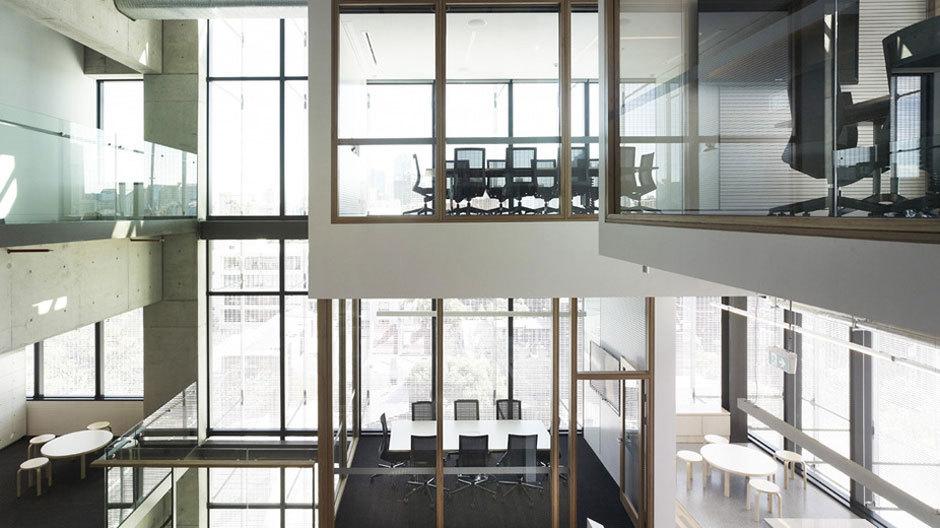 Glaskuben und großzügige Fensterfronten sorgen für einr ruhige wie offene Arbeitsatmosphäre.