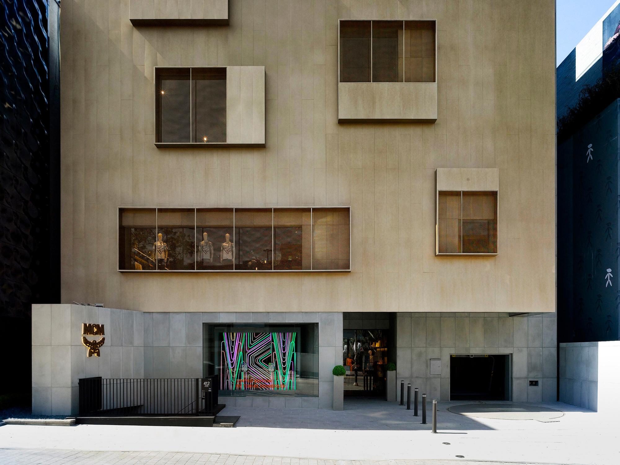 Neri & Hu haben ein fünfgeschossiges Bürogebäude mit angeschlossenem Parkhaus umgebaut und in ein neues Fassadenkleid gehüllt – in einem sportlichen Zeitrahmen von lediglich vier Monaten. Foto:Dirk Weiblen © MCM
