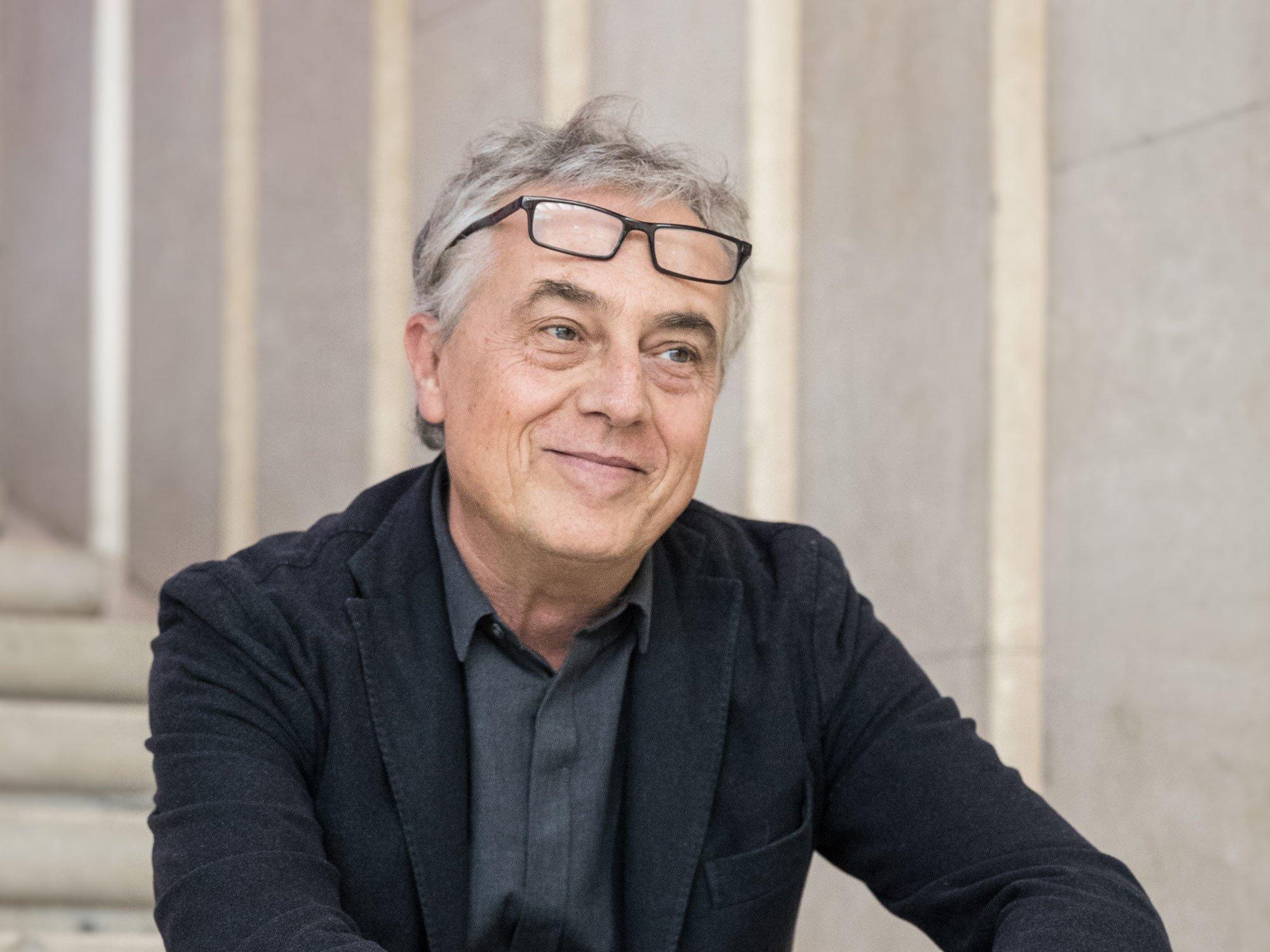Stefano Boeri ist Architekt, Städteplaner und Präsident der Mailänder Triennale. Hier pausiert er im Treppenhaus des Palazzo dell'Arte im Parco Sempione, der Spielstätte der Mailänder Designinstitution. Foto: Gianluca Di Ioia