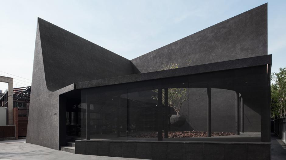 Im angesagten Gangnam-Viertel in Seoul, nur wenige Schritte vom Dosan Park entfernt, hat Juun.J nun seinen ersten Flagship-Store eröffnet.Architektur und Interieur stammen vom koreanischen Gestalterduo Sungchil Park und Jonghwan Baek.