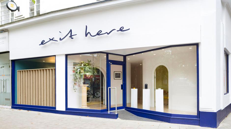 Außen prangt der Name in blauen, handgeschriebenen Lettern über dem Ladengeschäft im Londoner Stadtteil Chiswick, als hätte ein Riese das weiß getünchte Gebäude als Notizblock verwendet.Foto: Agnese Sanvito