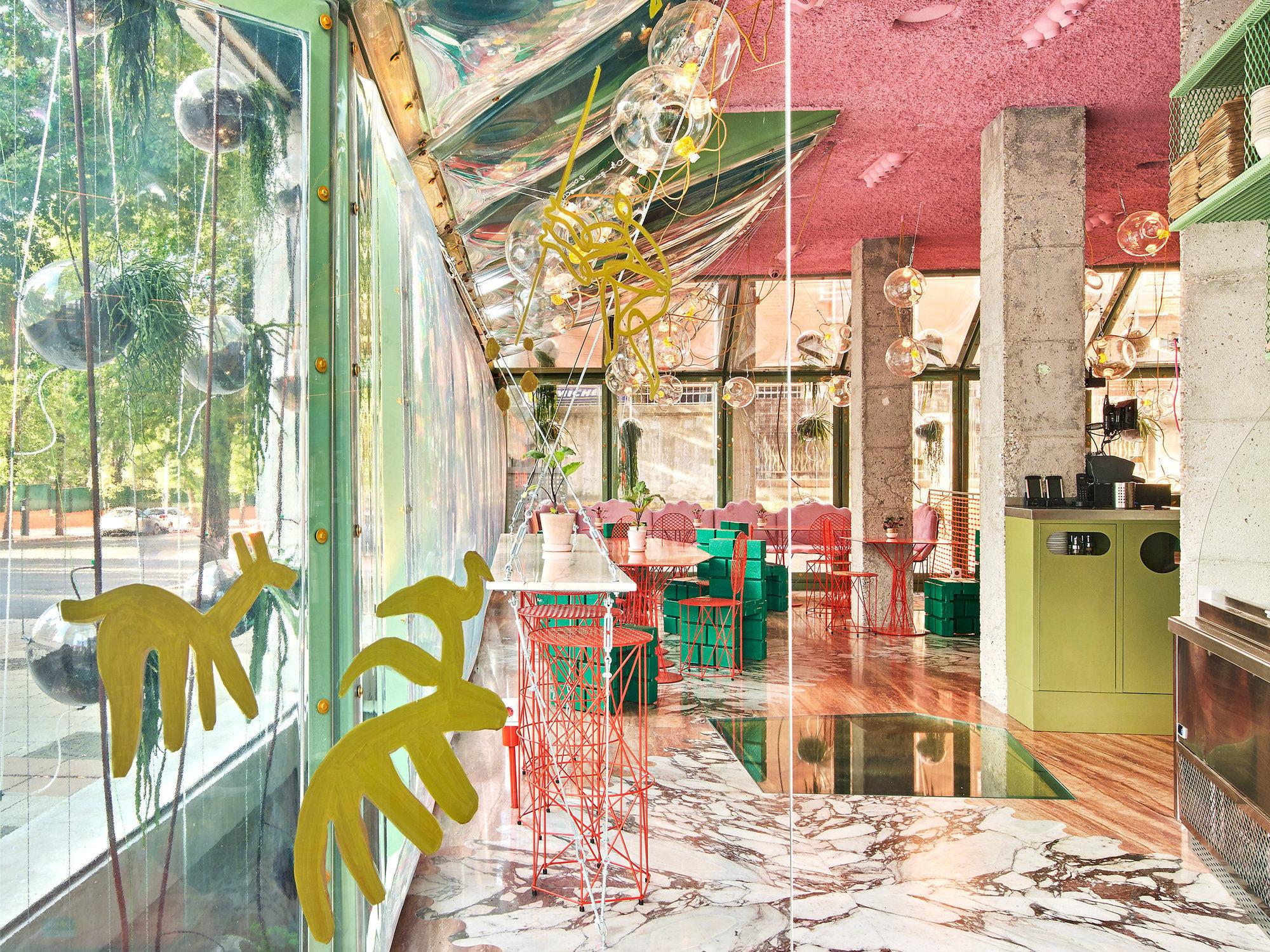 Run Run Run ist ein Hybrid aus Café, Coworking-Space und Sportclub:eine kulinarische Aktivzone für Großstädter, die mit grellen Farben, rohem Beton und filigranen Metallmöbeln aufwartet. Der Entwurf stammt vom Office for Political Innovation und dessen Gründer Andrés Jaque. Foto: Jose Havia