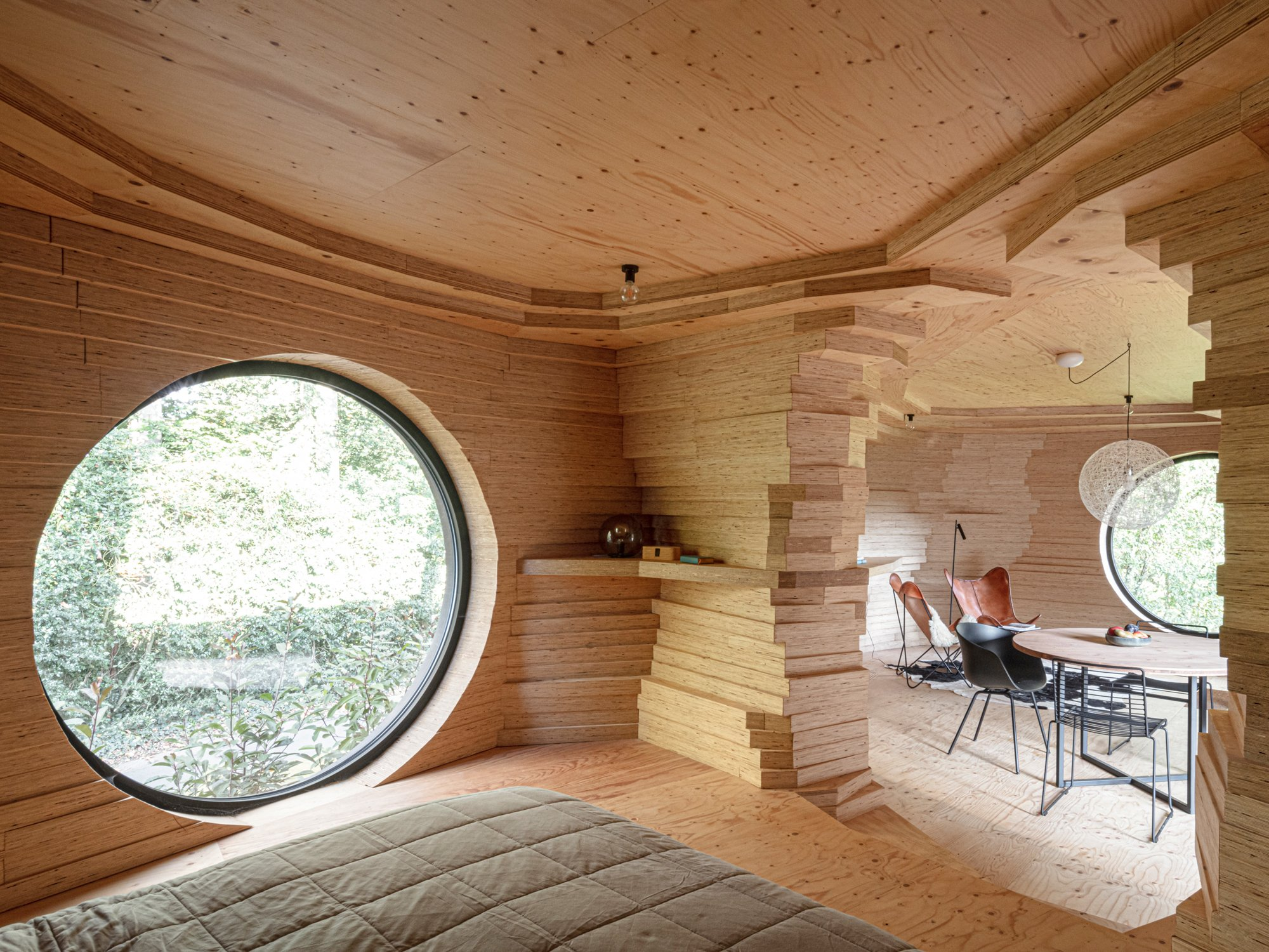 So extrovertiert geht introvertiert! Ein Filmproduzent hat in seinem Garten in Ostflandern ein Gästehaus mit Showeffekt errichten lassen.