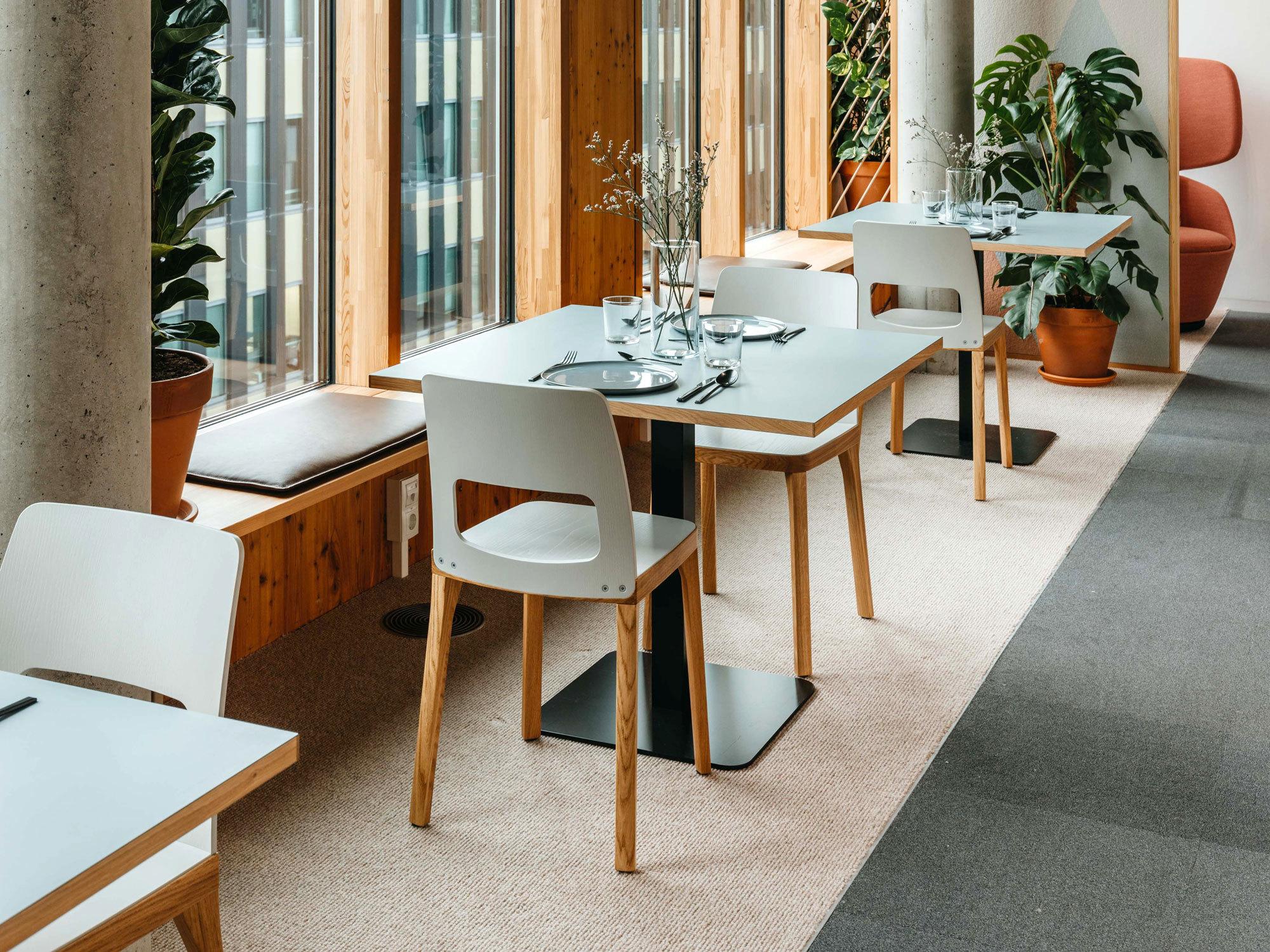Die Innsbruckerin Architektin und Designerin Nina Mair hat in ihrer Heimatstadt ein Büro umgestaltet: eine Mikroarchitektur für ungestörten Ideenaustausch und kontemplative Pausen.