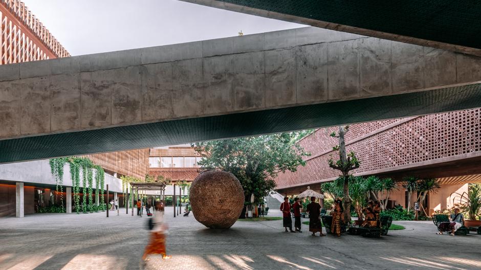 Auf Bali wagt das Office for Metropolitan Architecture (OMA) ein Experiment: Das Hotel Potato Head Studios soll mehr als Eskapismus unter Palmen bieten. Ein offenes Raumgefüge will die Interaktion zwischen Gästen und Einheimischen beflügeln.