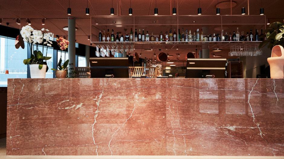 Ein warmer Terracotta-Ton ist die Leitfarbe in Foyer, Bar und Lounge. Foto: Staffan Sundström