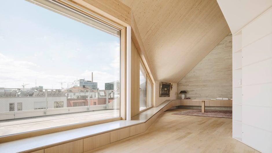 Alpine Formen: In der Münchner Maxvorstadt gestaltete das Büro Pool Leber Architekten eine Dachaufstockung, die sich zum Himmel öffnet und die Landschaft imitiert.