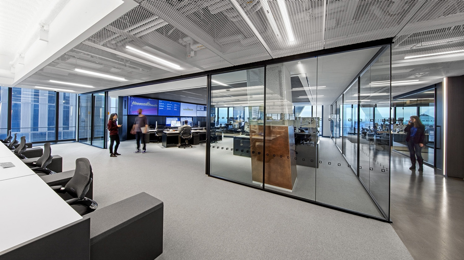 Glaswände unterteilen das Büro der der IEX Group im Three World Center in New York City.
