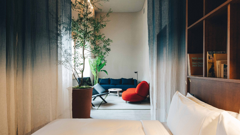 Für das Interiordesign eines Tokioer Boutique-Hotels spielen Claesson Koivisto Rune mit natürlichem und künstlichem Licht. Und beweisen einen behutsamen Umgang mit Farbe, Material, Mobiliar – und den Räumen dazwischen.