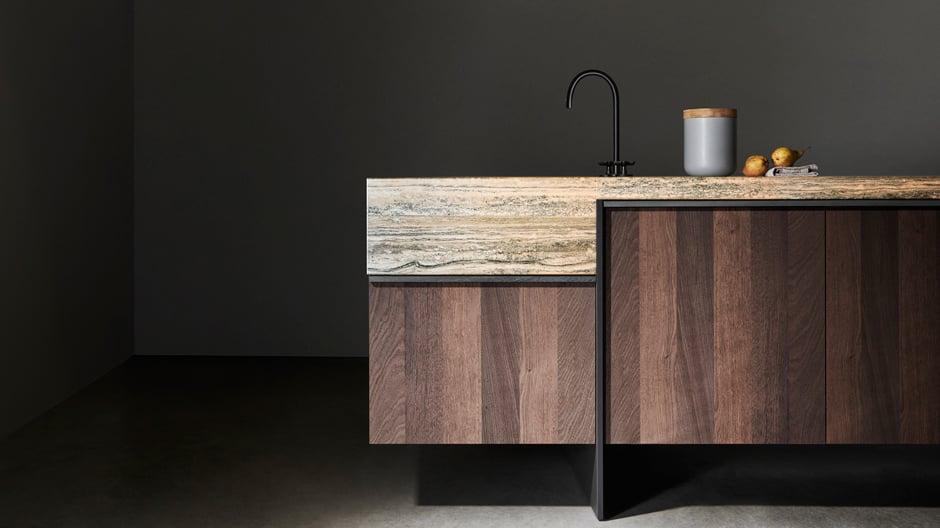 Die Küche wird mondän! Wie das geht, zeigt der italienische Hersteller Dada, der elegant Holz mit Naturstein kombiniert. Der belgische Architekt und Dada-Artdirektor Vincent Van Duysen hat Ratio entworfen. Foto: © Dada/ Molteni